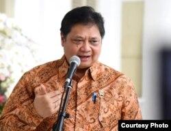 Menko Perekonomian Airlangga Hartanto mengatakan Pemerintah menghentikan produk Impor dari China, di Istana Kepresidenan Bogor, Selasa (4/2). (biro Setpres)