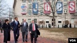 El presidente Obama camina en la plaza Lafayette, frente a la Casa Blanca, junto a sus asesores, Valerie Jarrett, Bill Daley y Gene. El mandatario visitará Chile en marzo.