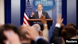 El secretario de prensa del gobierno estadounidense, Sean Spicer, durante el informe diario a periodistas en la Casa Blanca. Abril 17, 2017.