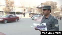 د کابل پولیس خلکو ته تبلغاتي پانې ویشي