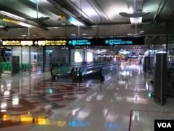 曼谷素万纳普机场,往年这条甬道上挤满等待签证的中国游客。(美国之音朱诺拍摄,2016年11月25日)