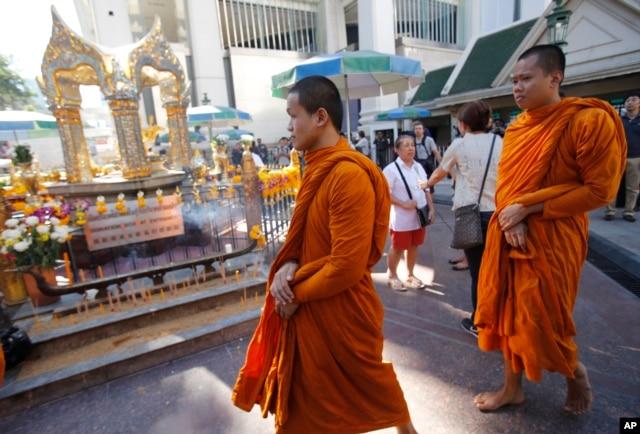 Các nhà sư Thái Lan đi đến đền Erawan ở thủ đô Bangkok, ngày 19/8/2015.