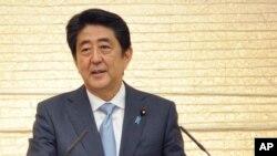 El primer ministro japonés Shinzo Abe fue reelecto en los comicios japoneses para endurecer su posición contra Corea del Norte y abrir el camino para la reforma de la constitución pacifista de su país.