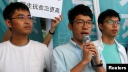 Các sinh viên Nathan Law (giữa), Joshua Wong (phải) và Alex Chow gặp gỡ phóng viên bên ngoài một tòa án ở Hồng Kông, 21/9/2016.