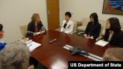 유엔 주재 미국대표부의 켈리 커리 경제사회이사회 담당 대사가 12일 탈북자 이윤서 씨와 메이 주 씨를 만났다. (출처-미국 대표부 트위터)