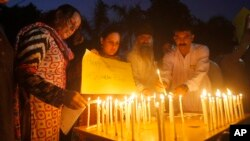 파키스탄 페샤와르에서 8일 퀘타 병원 폭탄테러 희생자들을 추모하는 촛불집회가 열렸다.