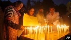 Các nhà hoạt động xã hội dân sự Pakistan đốt nến để tưởng nhớ các nạn nhân vụ đánh bom ở Quetta, ngày 8 tháng 8 năm 2016.