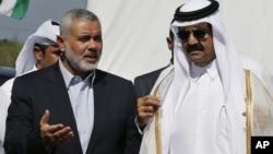 23일 팔레스타인 가자지구를 방문한 쉐이크 하미드 카타르 국왕(오른쪽)과 하마스 지도자 이스마일 하니예.