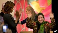 米歇爾奧巴馬(左)頒獎予阿富汗的納斯林醫生(右)