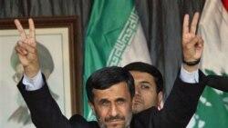 آقای احمدی نژاد در مراسم گروه حزب الله لبنان در جنوب این کشور، انگشتان خود را به علامت پیروزی نشان می دهد