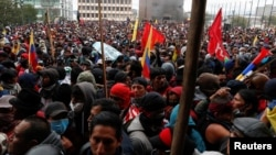 Manifestantes se expresan su descontento con el gobierno de Lenín Moreno frente a la Asamblea Nacional en Quito, la capital, el 8 de octubre de 2019. Reuters/Carlos García Rawlins.