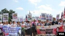 미국의 한인 기독교인들과 인권단체 관계자들이 지난 7월 워싱턴 백악관 앞에서 탈북 난민 보호를 촉구하고 있다.