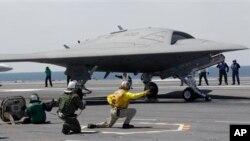 Máy bay không người lái X-47B trên tàu sân bay USS George H. W. Bush.