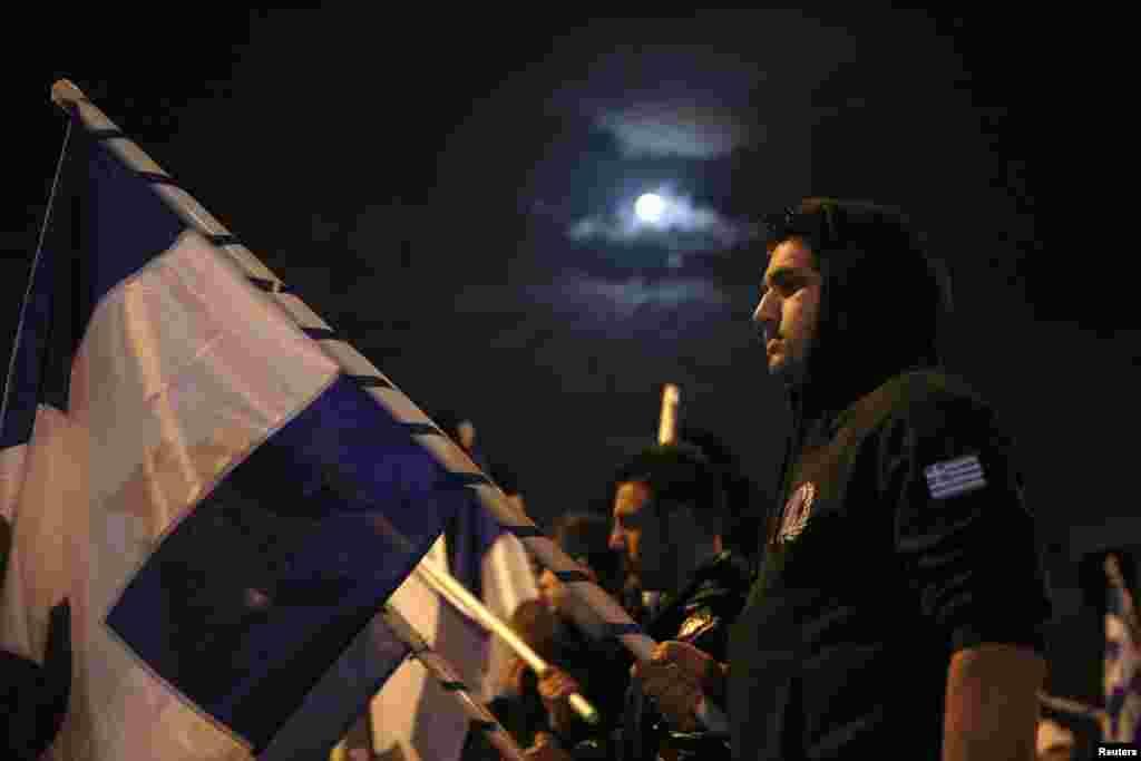 Thành viên của Mặt trận Bình dân Quốc gia biểu tình trước Quốc hội phản đối chính phủ chấp nhận gói cứu nguy của quốc tế. 28/3.
