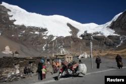 在拉萨以西大约200公里处的雪山和藏人(2009年11月)