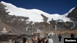 拉薩以西大約200公里處的冰川和居民,冰川在縮小。