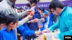سوات میں ایک سائنس فیسٹیول کے دوران ڈی این اے پر تجربات کیے جا رہے ہیں۔