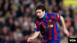 Lionel Messi kembali ke lapangan setelah menggantikan Mascherano di menit 60 dalam pertandingan Liga Champions antara Barcelona dan Rubin Karzan pada hari Rabu (29/9).
