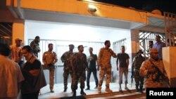 Las fuerzas de seguridad hacen guardia afuera del edificio que fue atacado por un grupo de manifestantes en Benghazi 28 de septiembre 2012.