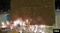 甘地像下的蜡烛。(美国之音白桦拍摄)