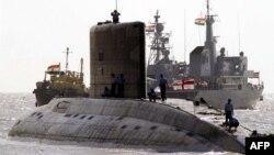 印度一艘基洛级潜艇停泊在孟买的阿波罗码头外。资料照。