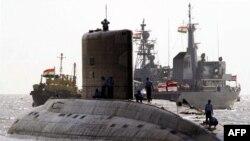 Kapal selam kelas Kilo milik India berlabuh di Gateway of India, Bombay, 14 Februari 2001. (Foto: AFP/arsip)