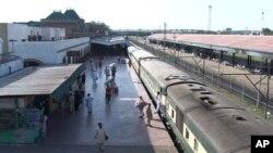 ریل گاڑیوں کی آمد اور روانگی میں تاخیر، مسافر پریشان