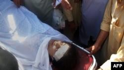10月9日,在枪击事件发生后,巴基斯坦医护人员用担架抬着玛拉拉.尤苏夫扎。