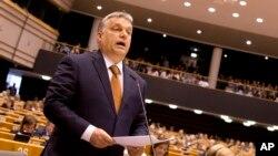Прем'єр-міністр Віктор Орбан у квітні 2017 р. виступає на сесії Європейського парламенту, де неодноразово лунала гостра критика політики Будапешта