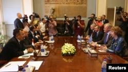 AB dışişleri yetkilisi Catherine Ashton Kahire'de Dışişleri bakanı Nebil Fehmi ve diğer yetkililerle görüşürken