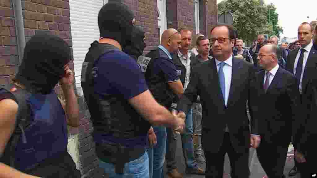 Lors de sa visite à Saint-Etienne-du-Rouvray, François Hollande a salué les fonctionnaires de la BRI de Rouen qui ont neutralisé les terroristes, le 26 juillet 2016.
