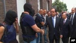 프랑수아 올랑드 프랑스 대통령이 26일 인질극이 일어난 노르망디의 성당을 방문하고 출동한 경찰 특수부대 요원들을 격려하고 있다.