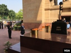 US Defense Secretary Jim Mattis observes a moment of silence after laying a wreath at the India Gate, an Indian war memorial, in New Delhi, India - Sept. 26, 2017 (Photo: W. Gallo / VOA)