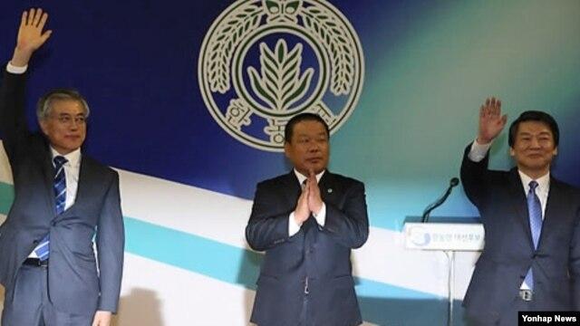 19일 대선후보 초청 농정대토론회에서 농업 공약 이행을 약속하는 의미로 손을 흔드는 민주통합당 문재인 한국 대선 후보(왼쪽)와 무소속 안철수 후보(오른쪽).