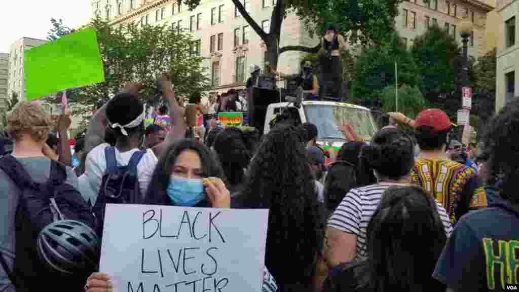 احتجاج میں شریک میوزک بینڈز بھی ٹرک پر پرفارم کرتے رہے۔