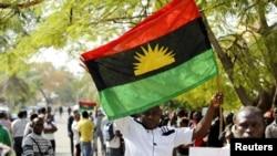 Un partisan de Nnamdi Kanu, chef des peuples autochtones du Biafra (SDMPI), brandit un drapeau de Biafra lors d'un rassemblement de soutien à son leader à Abuja, Nigeria, 1 décembre 2015.