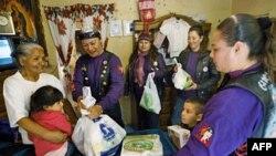 Một nhóm phụ nữ Mexico tặng lương thực và thuốc men cho những gia đình có lợi tức thấp