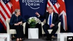 El presidente Donald Trump llega a Davos y se reúne con la primer ministra británica Theresa May.
