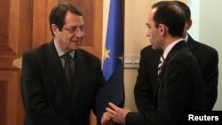 3일 키프로스 대통령궁에서 열린 신임 재무장관 취임식에서 하리스 게오르기아데스 재무장관(오른쪽)과 악수하는 니코스 아나스타시아데스 키프로스 대통령.