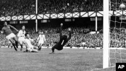 1966년 영국 리버풀에서 열린 북한과 포르투갈의 월드컵 8강전에서 포르투갈의 에수제비오(왼쪽)가 자신의 4번째 골을 넣고 있다. 포르투갈은 5:3 승리를 거뒀다.