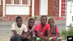 Crianças num jardim da cidade de Namibe