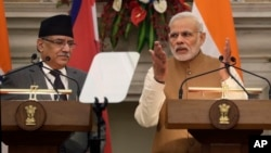 Indian Prime Minister Narendra Modi (R) talks with his Nepalese counterpart Pushpa Kamal Dahal during the signing of memorandum of understanding between two countries, in New Delhi, Sept. 16, 2016.