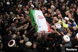 Warga Iran menandu peti jenazah Qaseem Soleimani jelang pemakamannya. (Foto: Reuters)