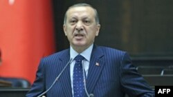 Turski premijer Redžep Tajip Erdogan obraća se poslanicima iz vladajuće partije tokom sastanka u parlamentu