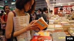 有香港書展參展商認為,過去一年港府施政不得民心,令更多讀者關注政治書 (美國之音湯惠芸)