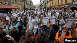 People protest in St. Petersburg, against a court verdict in Kirov sentencing Russian opposition leader Alexei Navalny to five years in jail, July 18, 2013.