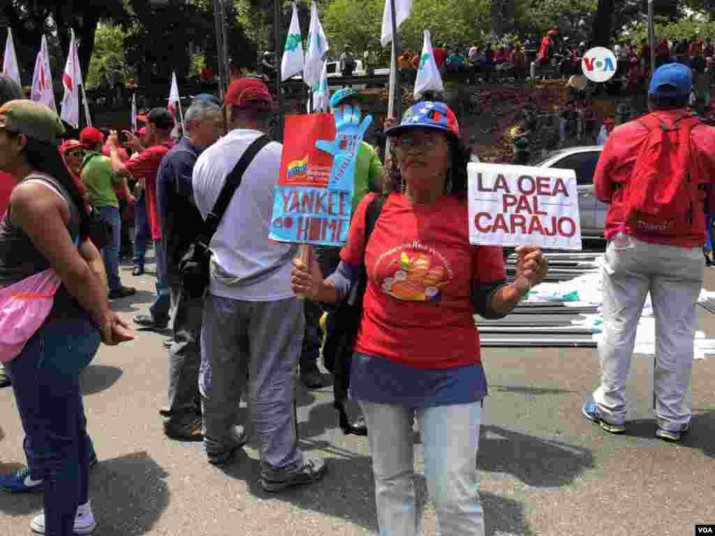 """Partidarios del oficialismo celebraron marchas en distintas ciudades del país, siguiendo a un llamado del presidente en disputa para rechazar lo que Nicolás Maduro llama """"el golpismo"""" y la """"injerencia yankee""""."""