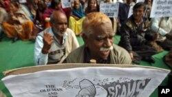بھارت میں کرپشن کے خلاف مظاہرین وزیر اعظم من موہن سنگھ کے کارٹون پر مشتمل پلے کارڈ اٹھائے ہوئے ہیں۔