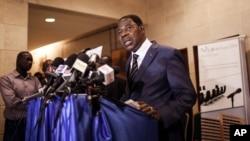 ປະທານາທິບໍດີ ເບນິນ ທ່ານ Thomas Boni Yayi ຖະແຫລງຕໍ່ສື່ມວນຊົນ ຫຼັງຈາກທ່ານໄດ້ ເຈລະຈາກັບ ນາຍພົນ Gilbert Diendere ຜູ້ຖືກແຕ່ງຕັ້ງໃຫ້ເປັນຜູ້ນຳ ຂອງເບີກີນາ ຟາໂຊ, ໃນນະຄອນຫຼວງອົວກາດູກູ, ວັນທີ 19 ກັນຍາ 2015.