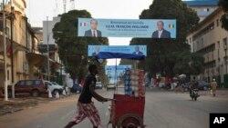 Un vendeur de rue en Guinée (AP)